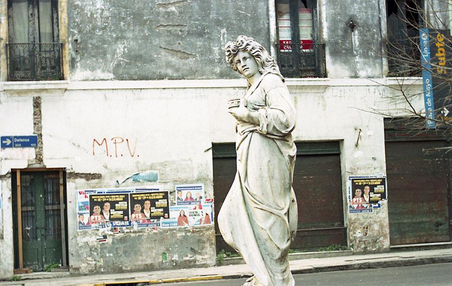 Alberto Goldenstein, Barrio San Telmo, serie Flâneur, 2004, fotografía analógica, 27 x 39 cm